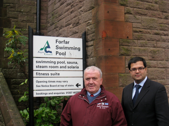 Sanjay visits Forfar swimming pool with Cllr Colin Brown